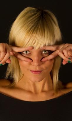 Melissa zwarte achtergrond vingers